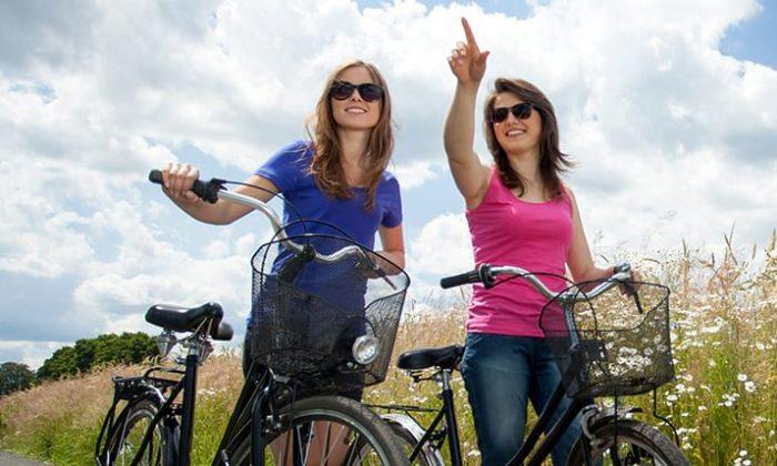 Zwei Frauen machen eine Fahrradtour