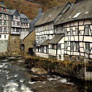 Weisse graue Fachwerkhäuser an einem Fluss