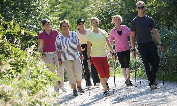 Gruppe Menschen macht Nordic Walking