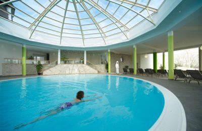 Frau schwimmt im Pool unter der Kuppel
