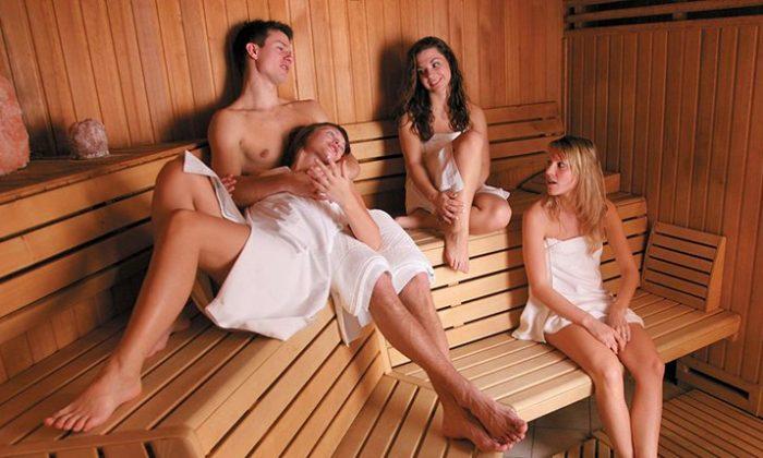 Gruppe junger Menschen entspannt in Sauna