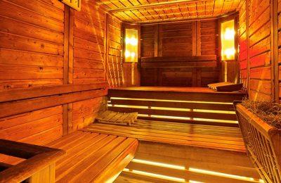 Rötlich leuchtende Sauna