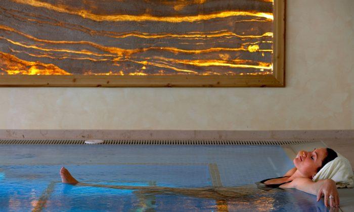 Frau entspannt im Whirlpool