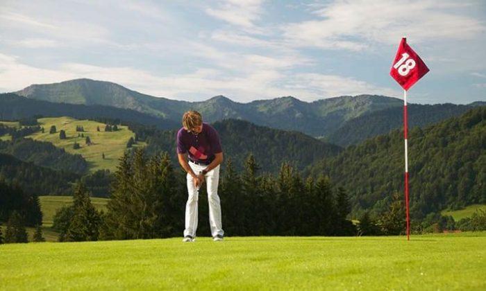 Frau spielt Golf im Allgäu
