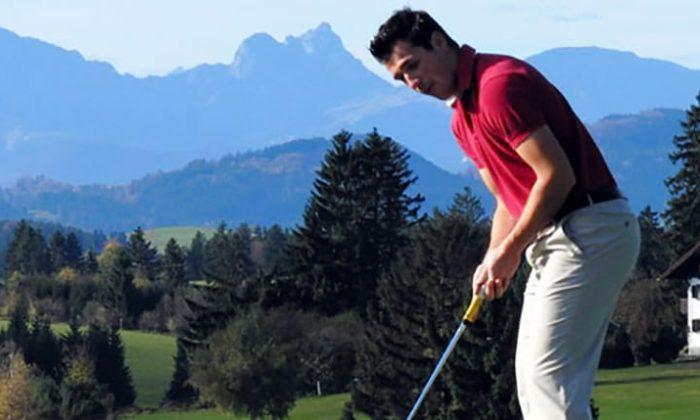 Mann spielt Golf in den Alpen