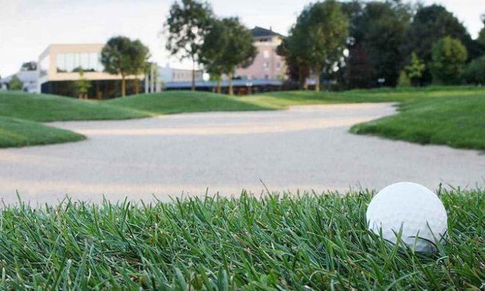 Golfball auf Wiese im Schloss Haag