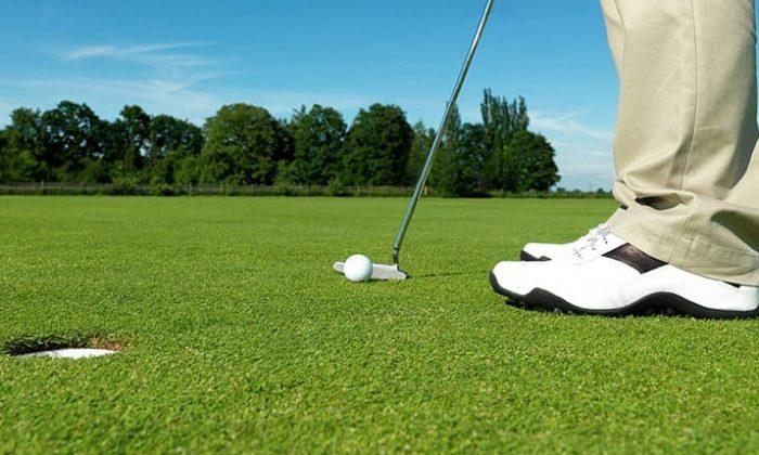 Mann spielt Golf