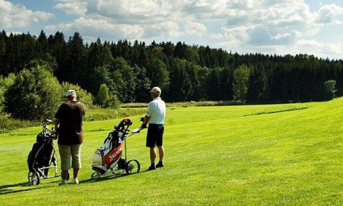 Zwei Golfer auf einem Golfplatz im Bayerwald