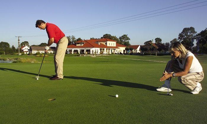 Mann und Frau spielen Golf