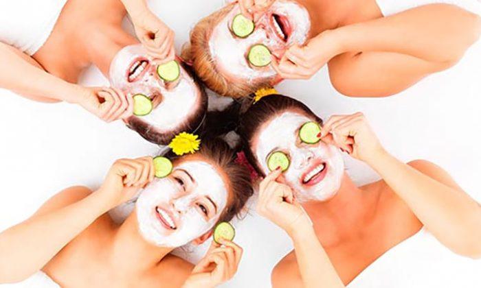 Mehrere Frauen mit Gesichtsmasken