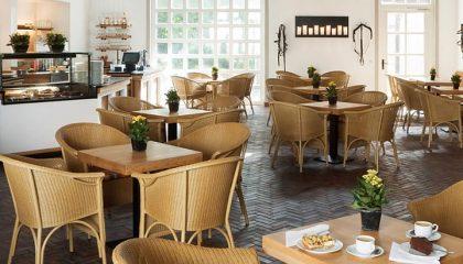 Helle Möbel im Café