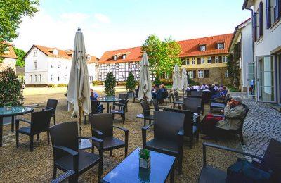 Terrasse vom Cafe an sonnigem Tag