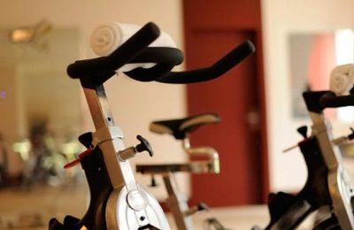 Crosstrainer im Fitnessraum