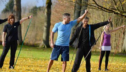 Menschen machen zusammen Sportübungen