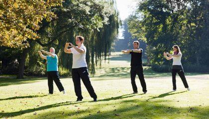 Menschen machen zusammen Sport im Garten