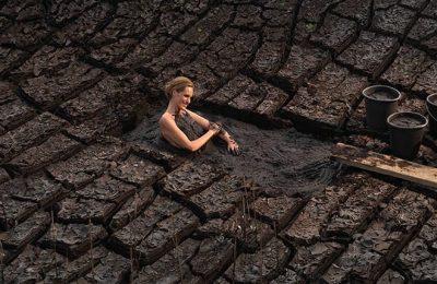 Frau nimmt ein Moorbad
