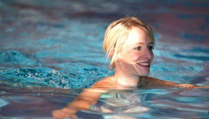 Dame schwimmt im Pool