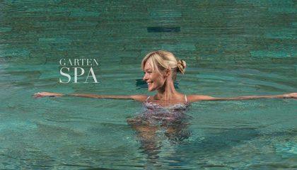 Dame im Pool