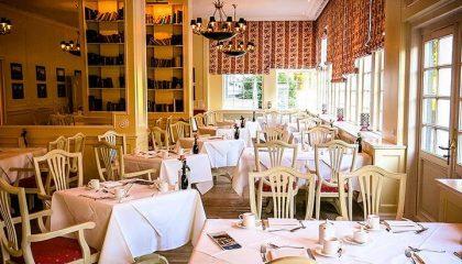 Fein gedeckte Tische im Restaurant Caspar
