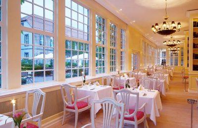 Fein gedeckter Tisch im Restaurant Caspar