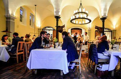 Menschen speisen im Restaurant