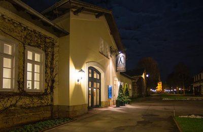 Beleuchtetes Restaurant am Abend