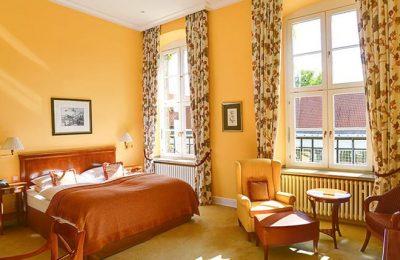 Wohnraum und Bett im Zimmer Deluxe