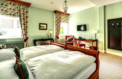 Bett und Wohnraum im Zimmer Deluxe