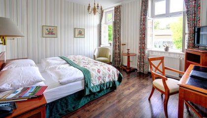 Bett und Wohnraum im Zimmer Komfort