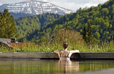 Frau entspannt im Außenpool