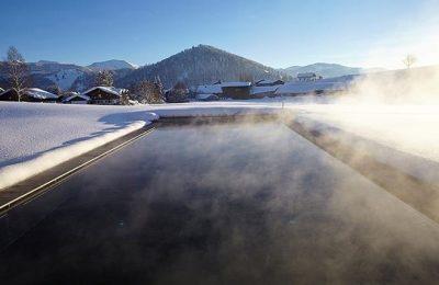 Dampfender Außenpool im Winter