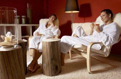 Paar entspannt im Ruheraum in Liegestühlen