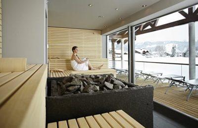 Junge Frau entspannt in der Sauna