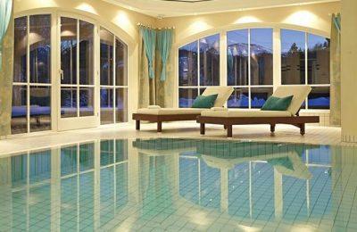 Indoor Pool am Abend