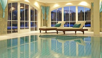 Indoor Pool am Abend