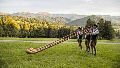 Traditionelle Hornbläser musizieren