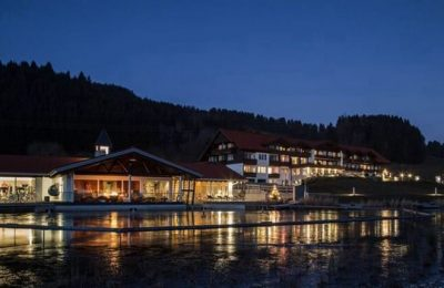 Beleuchtetes Hotel am Abend