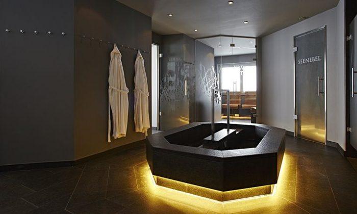 Beleuchteter Saunabereich mit mehreren Saunen
