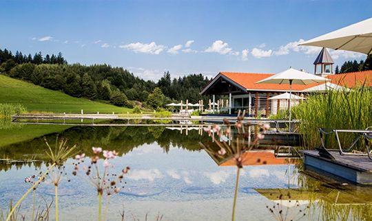 Das Wellnesshaus am See vor blauem Himmel