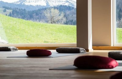 Raum für Yoga Übungen mit Matten