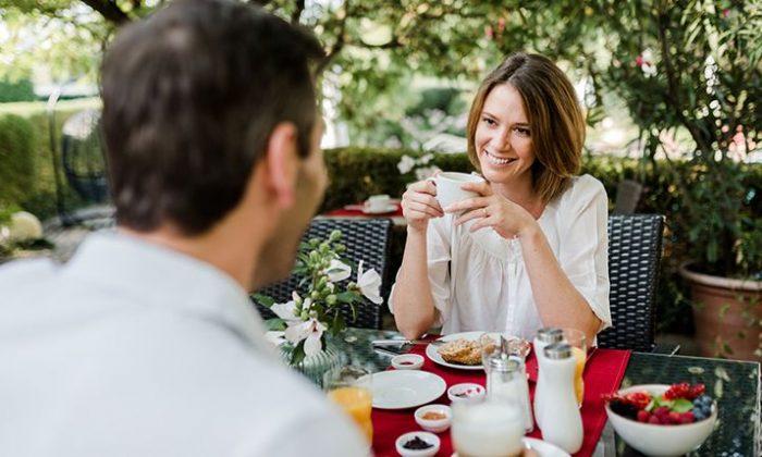 Paar frühstückt im Garten vom Hotel Antoniushof