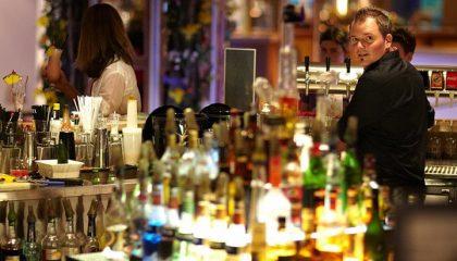 Barkeeper abends an der Bar