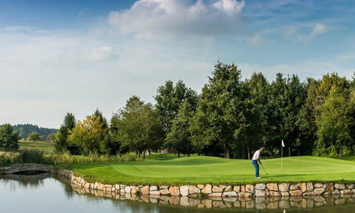 Mann spielt Golf auf Golfplatz
