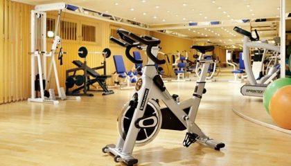 Moderne Trainingsgeräte im Fitnesscenter
