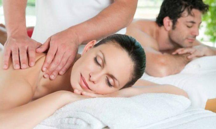Paar erhält parallel eine Massage