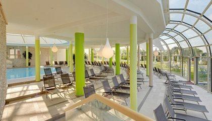 Zahreiche Liegestühle neben dem Indoor Pool