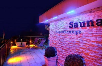 Rosa blau beleuchtete Sauna auf dem Dach