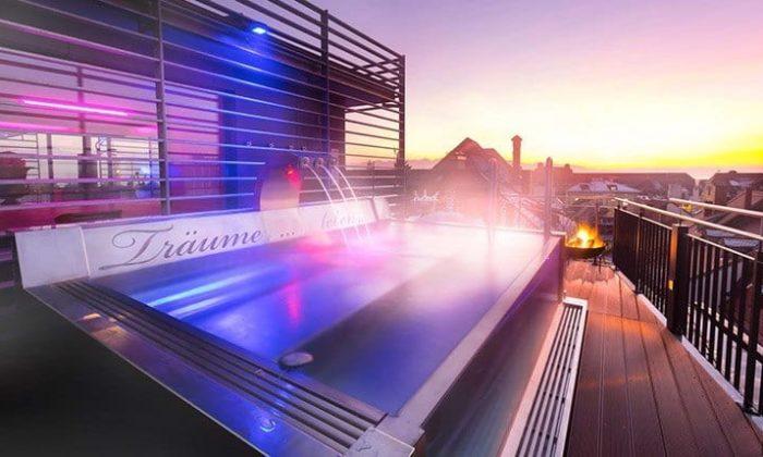 Alpenlounge auf dem Dach des Hotel Helvetia bei Sonnenuntergang