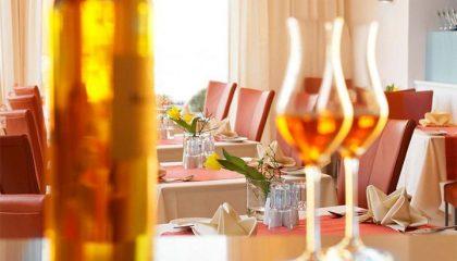 Nahaufnahme von Gläsern und Tischen im Restaurant