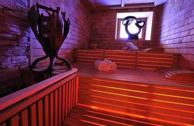 Rosa beleuchtete Sauna